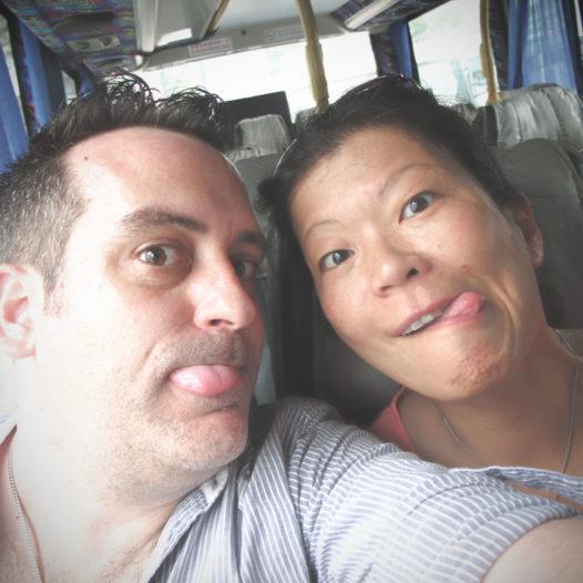 Da war die Laune noch gut: im Bus Nr. 11 ins Fischerdorf Tai O.